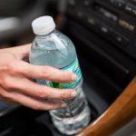 مجموعة من الخبراء يحذرون السائقين من وضع زجاجات الماء داخل مقصورة السيارة